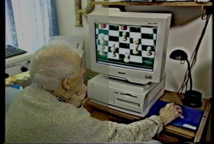 play_chess_of_computer_oldman