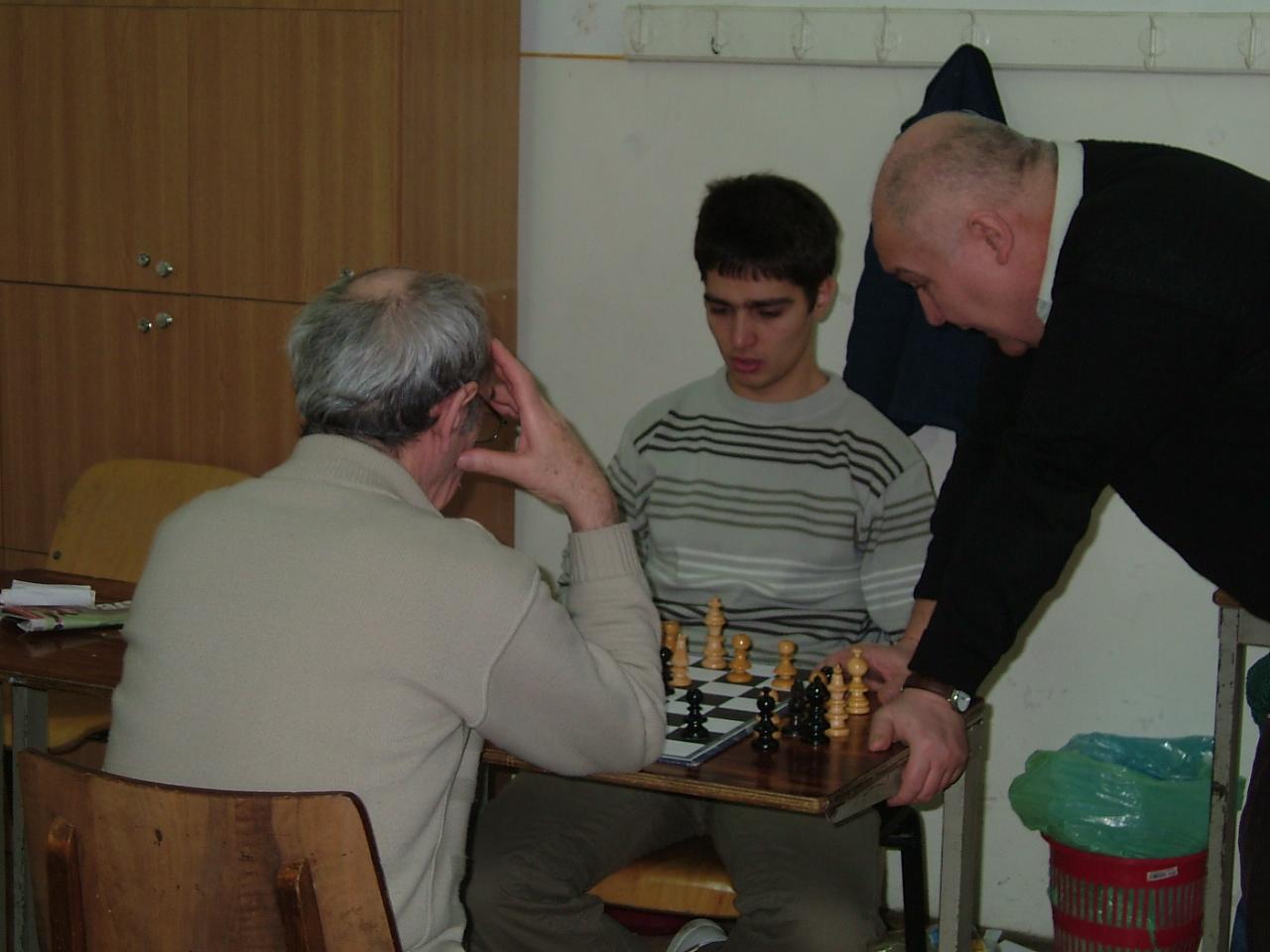 popescu-lucian-cojocneanu-radu-si-helmer-janos-analizand-o-pozitie-din-partida-helmer-horvat