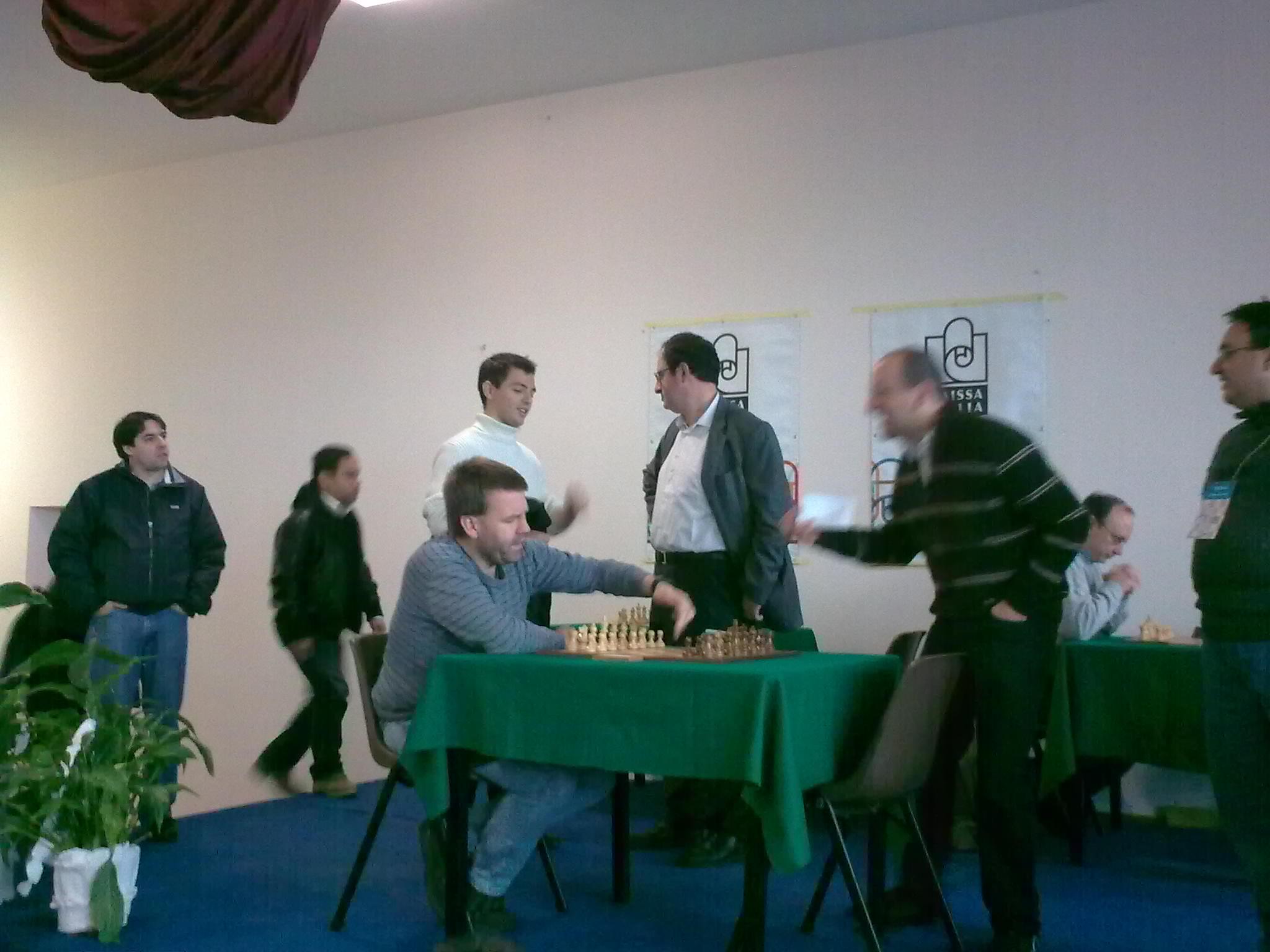 "Aagaard aseaza meticulos piesele, in timp ce Garrett (organizatorul) il ""prepara moral"", iar in spate Gelfand converseaza cu Shytaj"